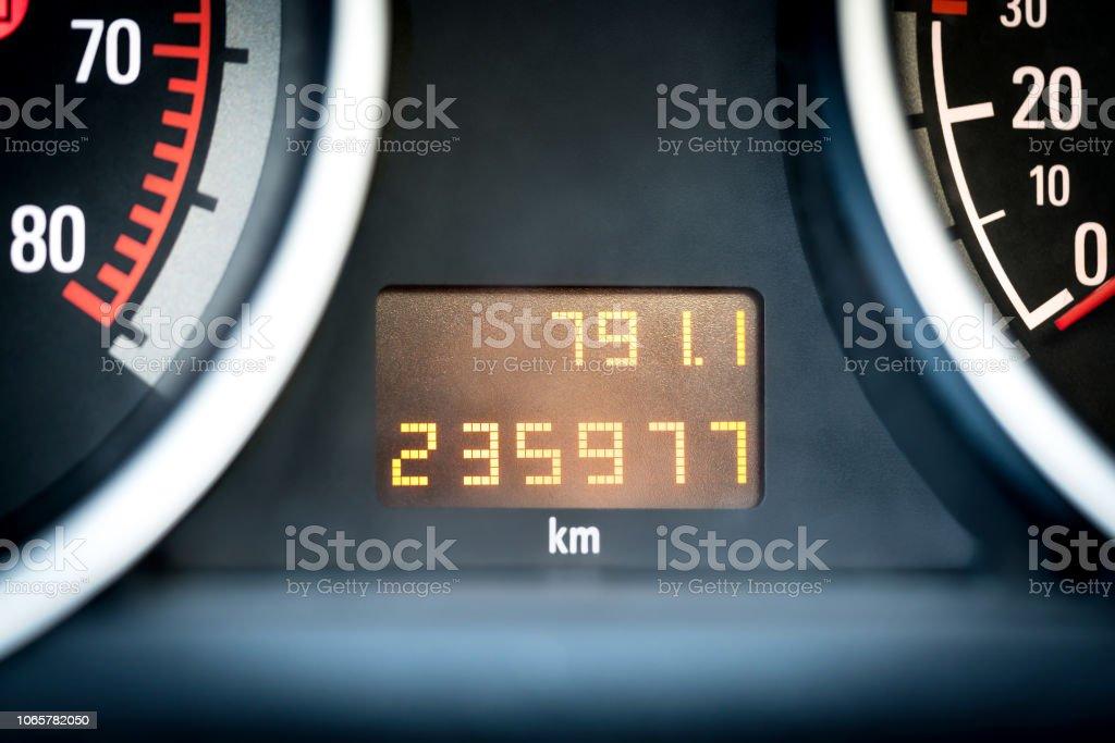 Odómetro digital coche en tablero de instrumentos. Vehículo con medidor de kilometraje. - foto de stock