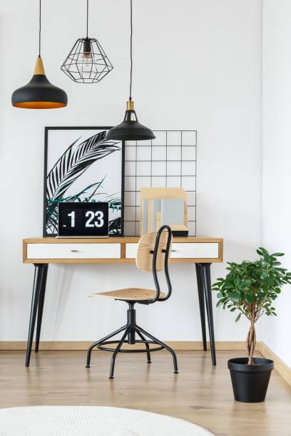 digitaluhr auf dem schreibtisch - arbeitszimmer möbel stock-fotos und bilder