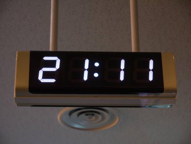 digitaluhr an der wand im flughafen. - led uhr stock-fotos und bilder