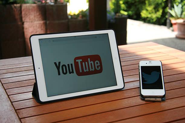 digital communication at home - youtube stockfoto's en -beelden