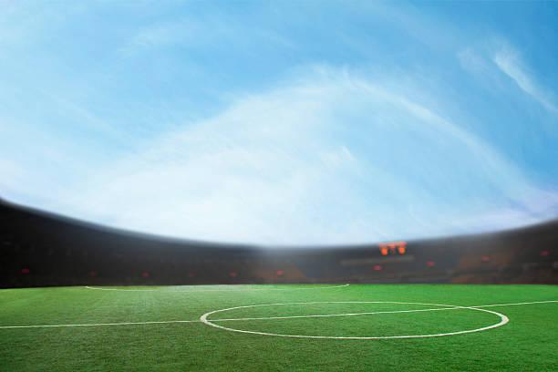 Digital composite Fußball-Feld und blauer Himmel – Foto