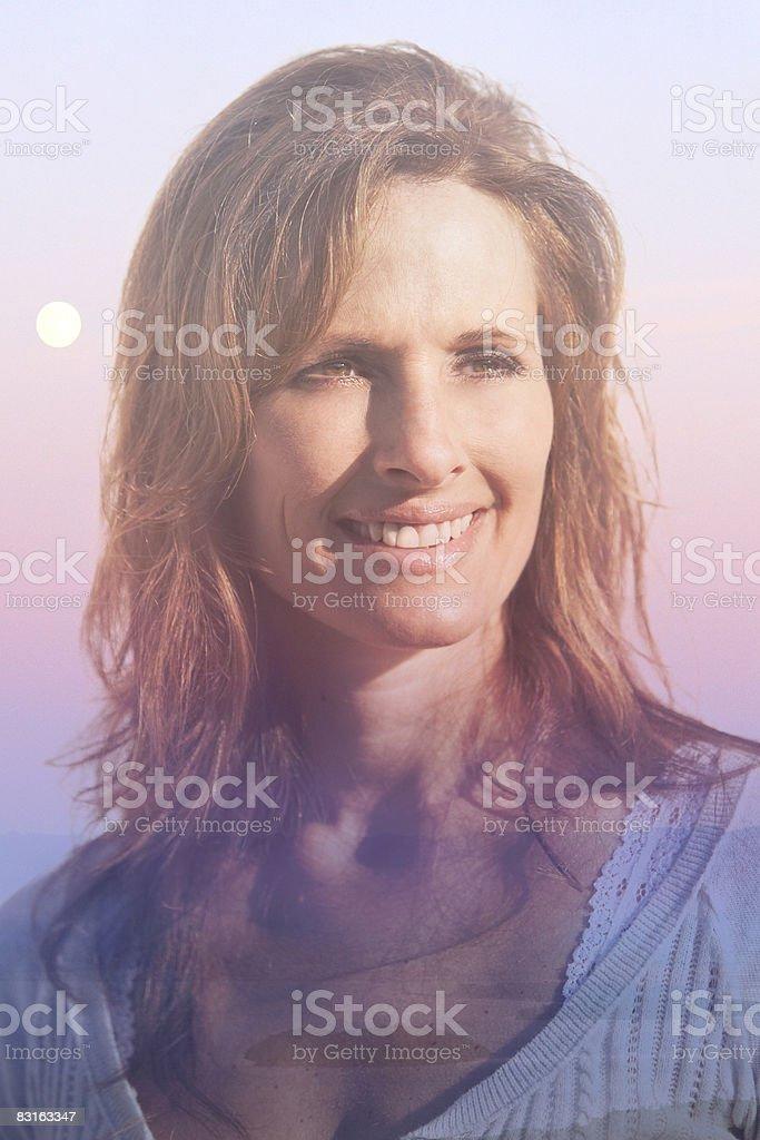 Kompozycja cyfrowa kobiety i słońca. zbiór zdjęć royalty-free
