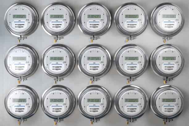 Digitale elektrische Zähler in einer Reihe messen den Stromverbrauch. Konzept des Stromverbrauchs. – Foto