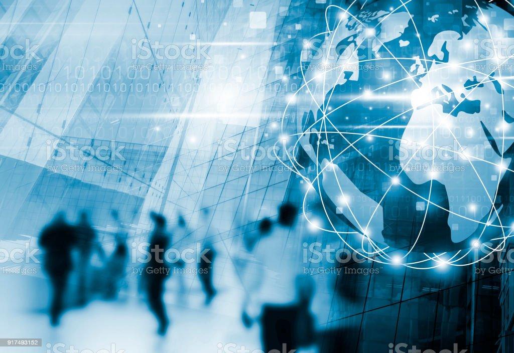 Conexión de red de negocios digital y gente caminando en la ciudad con tecnología de diseño foto de stock libre de derechos