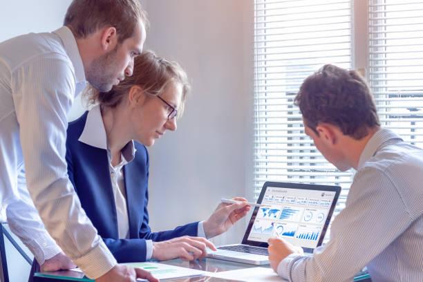 digital marketing analista trabajadores en internet anuncio campaña datos analíticos en el tablero de indicador clave de desempeño, métricas y kpi en pantalla, estrategia de negocios, inversión - seo fotografías e imágenes de stock