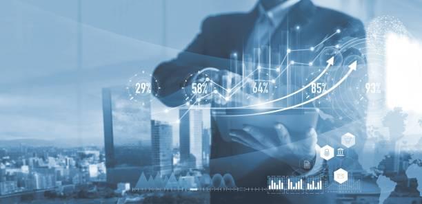 marketing numérique. stratégie d'entreprise. homme d'affaires utilisant la tablette analysant des données de ventes et graphique de croissance économique sur l'écran d'hologramme. stratégie d'entreprise et données numériques. - graph photos et images de collection