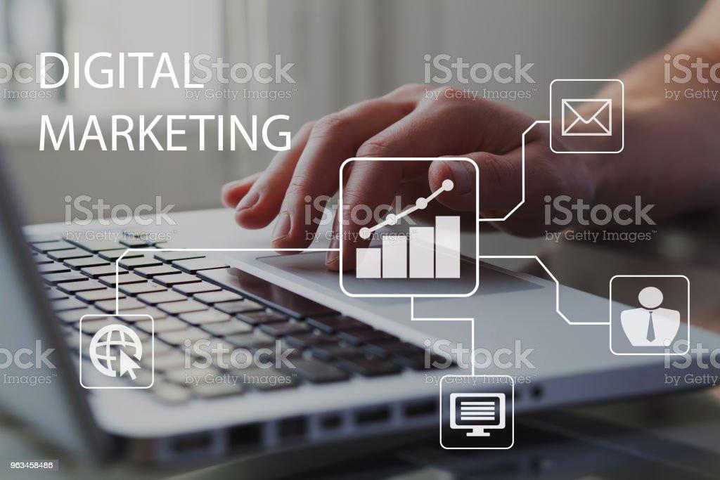 Koncepcja marketingu cyfrowego. Biznesmen pracujący na komputerze w tle. Diagram z wykresem i ikonami. - Zbiór zdjęć royalty-free (Marketing cyfrowy)