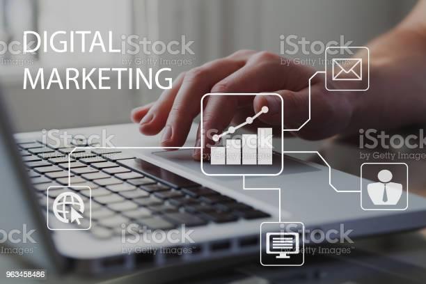 Koncepcja Marketingu Cyfrowego Biznesmen Pracujący Na Komputerze W Tle Diagram Z Wykresem I Ikonami - zdjęcia stockowe i więcej obrazów Marketing cyfrowy