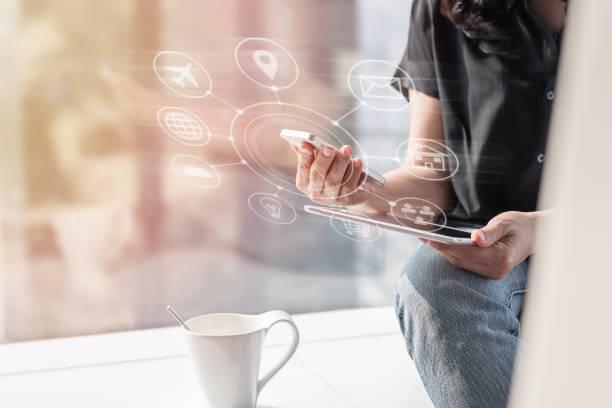 marketing digital através do ícone de rede multi-canal de comunicação na tecnologia de aplicativos de dispositivo inteligente móvel para estilo de vida de negócios e-commerce e fintech - dia do cliente - fotografias e filmes do acervo