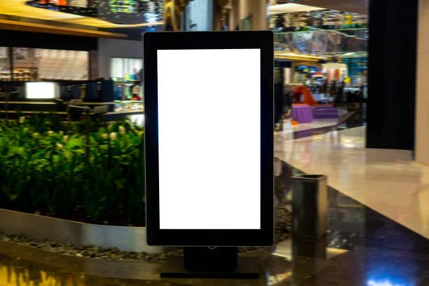 digitale medien leeren schwarzen und weißen bildschirm moderne panel, schild für anzeigengestaltung in ein shopping center, galerie. mock-up, mock-up, mock-up mit unscharfen hintergrund, digitaler kiosk. - raumteiler weiß stock-fotos und bilder