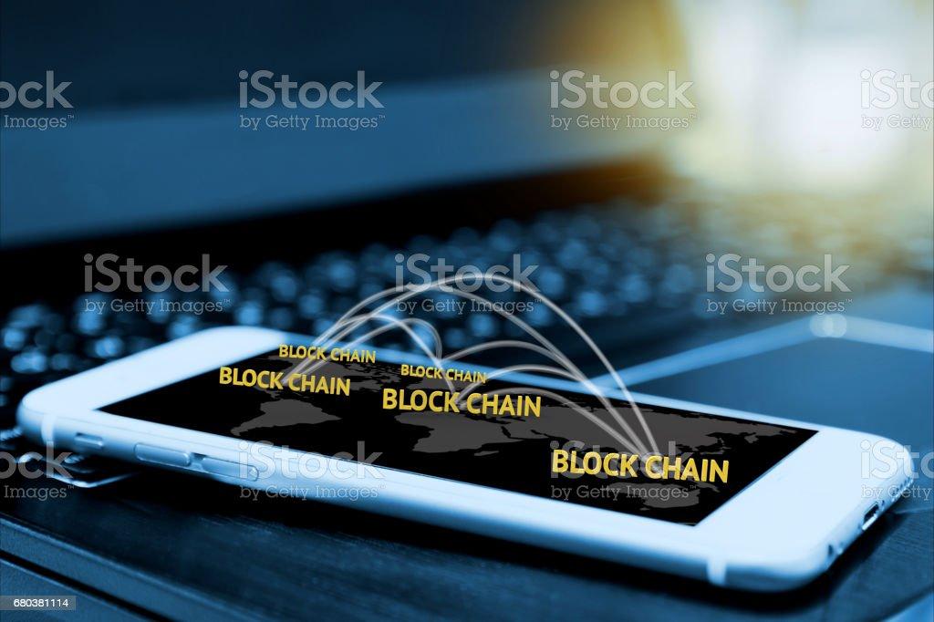 Concepto de dinero, blockchain y bitcoin digital. Bloque cadena textos y red conectan link y pantalla de smartphone con desenfoque de fondo del ordenador portátil, bengalas de luz - foto de stock