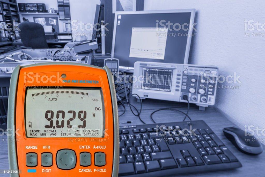 Multímetro digital en el trabajo de electrotécnica - foto de stock