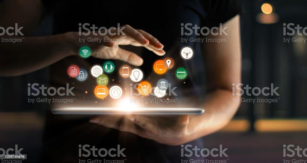 Digital en línea comercio venta concepto de la comercialización. Mujer usando tableta pagos de compras en línea y conexión de red de cliente de icono holograma virtual pantalla, banca y omni de canales. - foto de stock