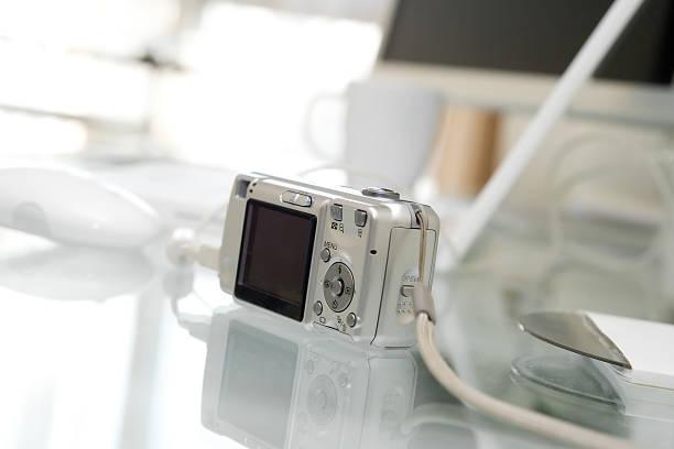 digitale photocamera sie in verbindung mit computer - maus video stock-fotos und bilder