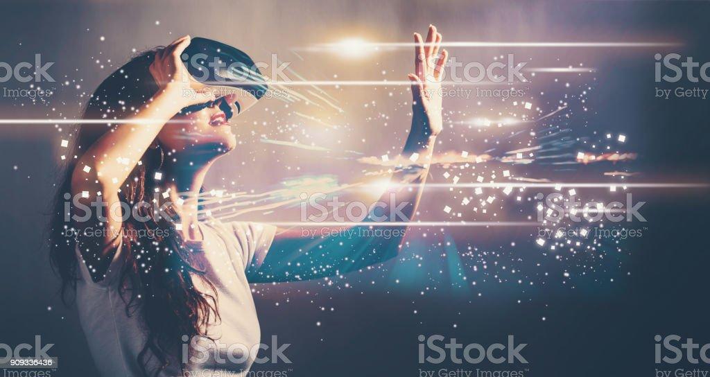 Digitaler Bildschirm mit jungen Frau mit VR – Foto
