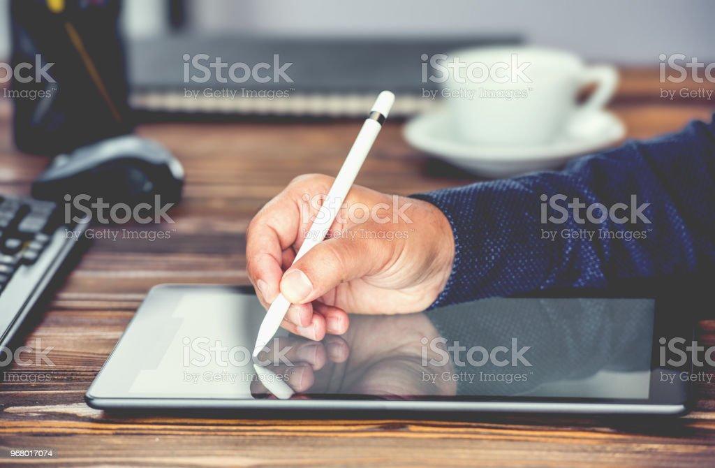 Digitale handtekening Concept met Tablet PC- en Stylus Pen - Royalty-free Autoriteit Stockfoto
