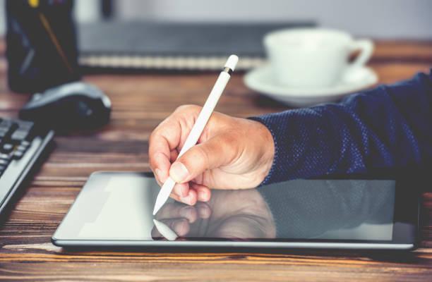 digitale signatur konzept tablet mit stylus-stift - unterschrift stock-fotos und bilder
