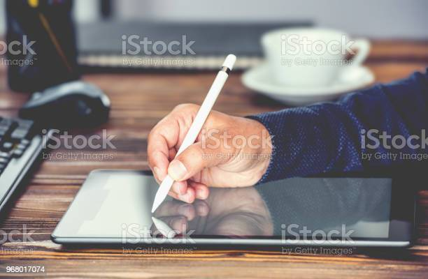 Digitale Handtekening Concept Met Tablet Pc En Stylus Pen Stockfoto en meer beelden van Autoriteit