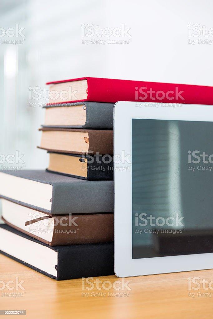 tablet digital e livros - foto de acervo