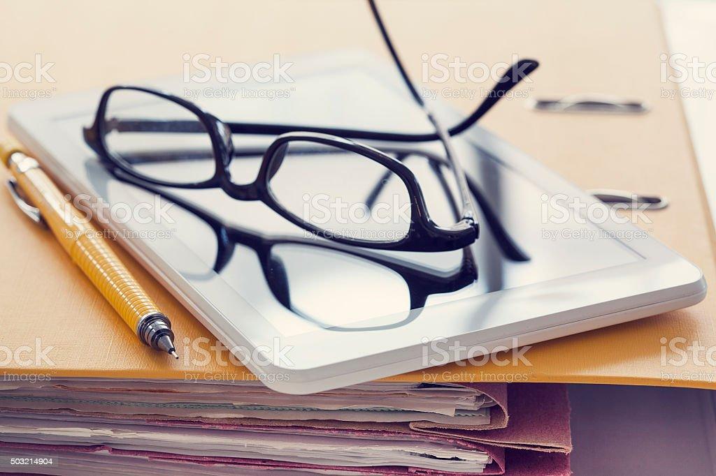 c55581a8 Tableta Digital Y Gafas De Archivo Foto de stock y más banco de ...