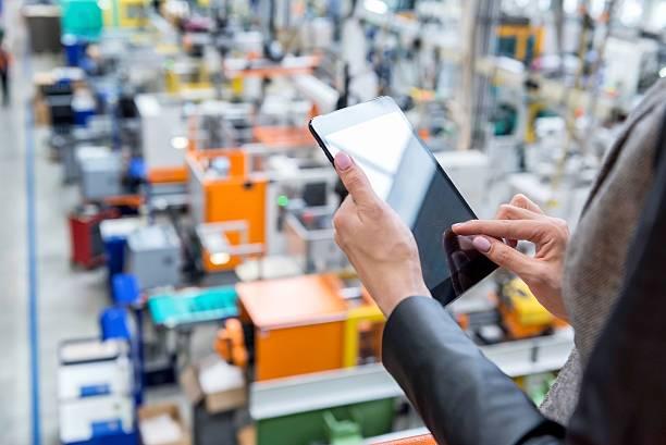 digital tablet & futuristic factory - palm photos et images de collection