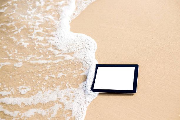 digitale tablet am strand - digital surfer stock-fotos und bilder