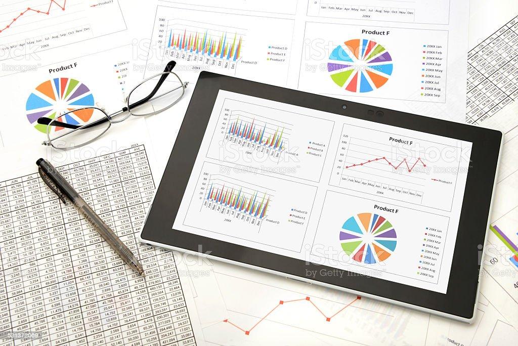 Digital tablet on business chart - Royaltyfri 2015 Bildbanksbilder