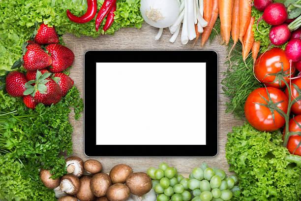 Digitale Tablet auf Schneidebrett mit gesunden Speisen – Foto