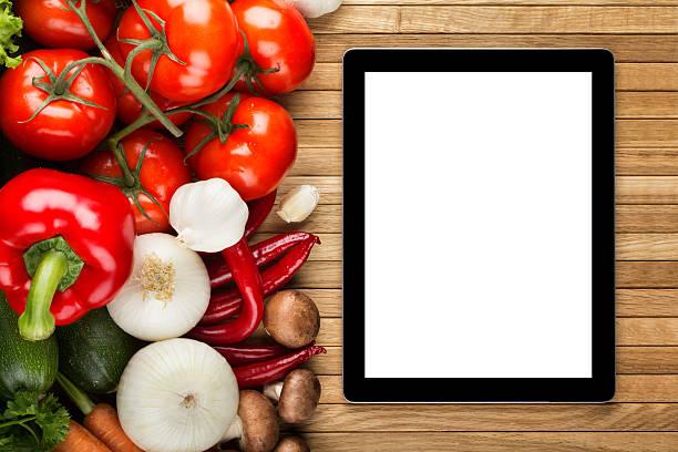 Digitale tablet auf Holz Oberfläche mit Gemüse – Foto