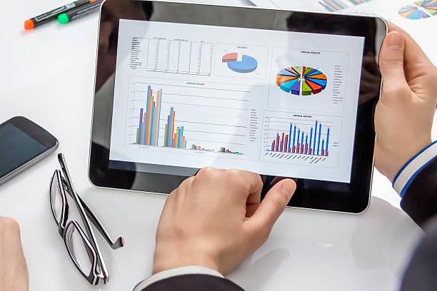 Digitale tablet zeigen business-Dokument – Foto
