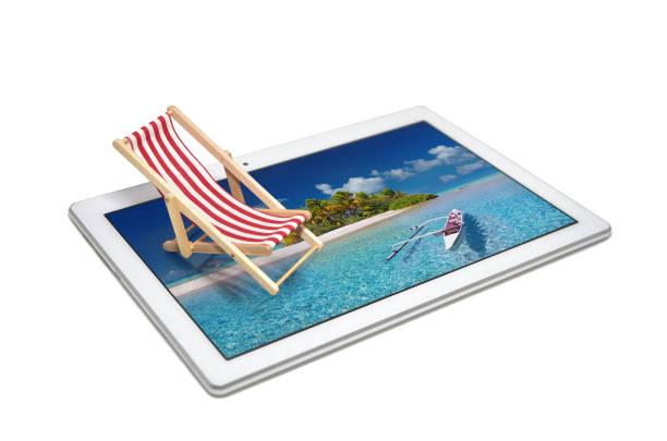 Digital-Tablette mit kleinen Stuhl auf weißem Hintergrund – Foto