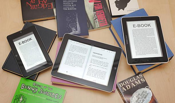 cyfrowe tabletki i e-readers z książki - ipad zdjęcia i obrazy z banku zdjęć