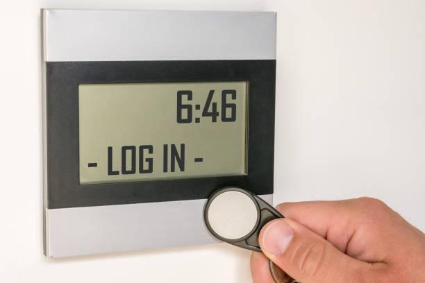 タイムクロックと従業員のチップを使用したデジタルタイムレコーディング - 出勤 ストックフォトと画像