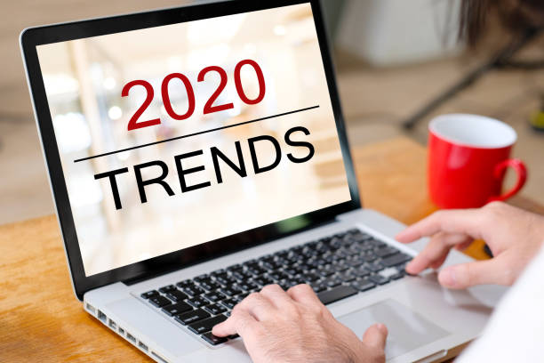 2020 digitale Trends, Mann Hand binden Laptop-Computer mit 2020 Trends auf Bildschirmhintergrund, digitales Marketing, Business und Technologie-Konzept – Foto
