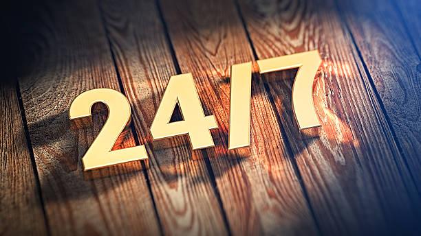 24/7 dígitos em pranchas de madeira - foto de acervo