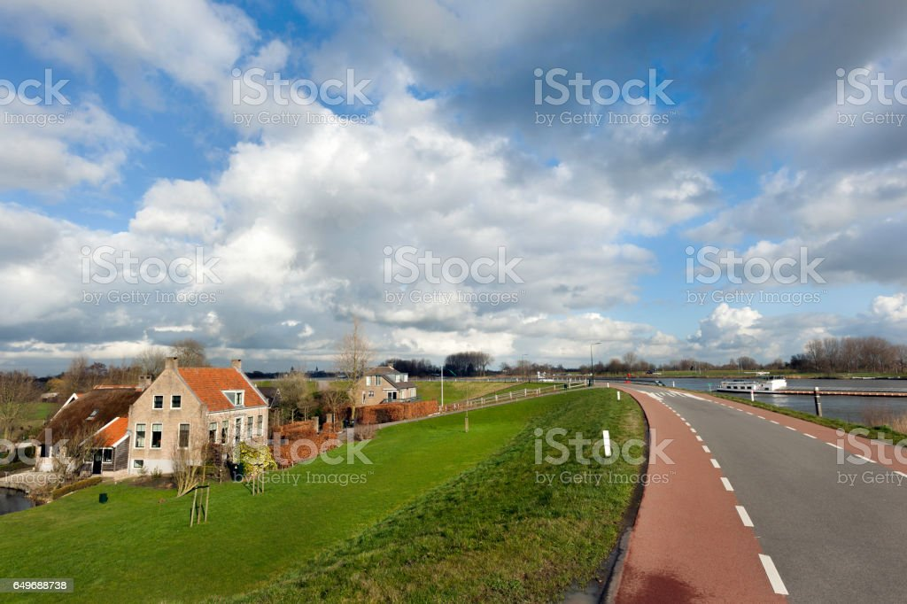 Dike along the river Lek in the Netherlands​​​ foto