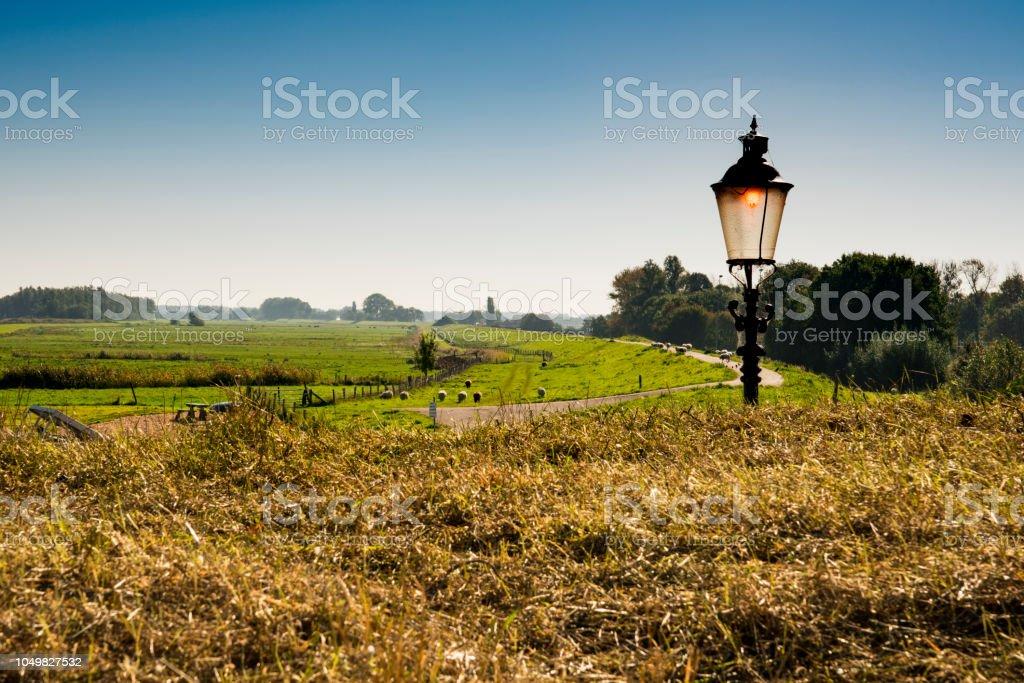 Dike met schapen en lantaarn in Willemstad, Nederland foto