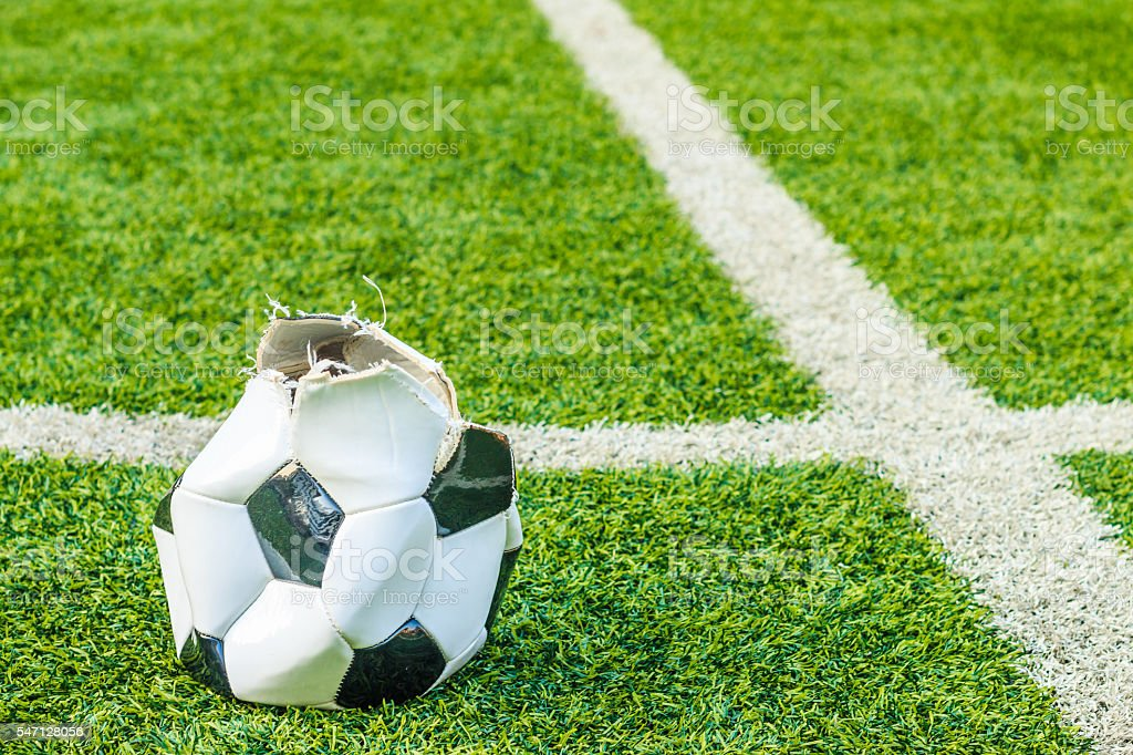 [Jeu] Association d'images - Page 17 Dilapidated-soccer-ball-in-the-artificial-turf-picture-id547128056