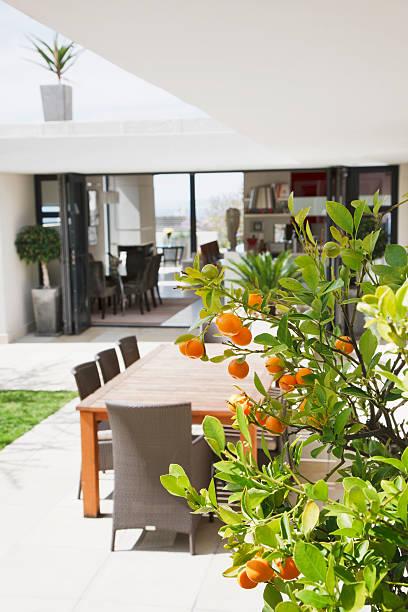 essbereich auf modernen terrasse - outdoor esszimmer stock-fotos und bilder