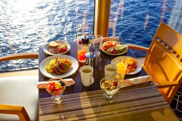 Dining Room Buffet an Bord des luxuriösen abstrakten Kreuzfahrtschiffes – Foto