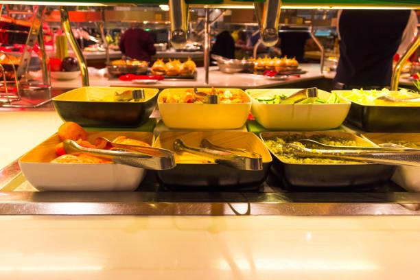 speisesaal buffet an bord der abstrakten luxus-kreuzfahrtschiff - esszimmer buffet stock-fotos und bilder
