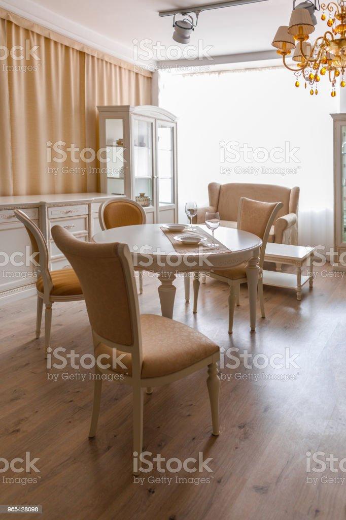 빛에 다 이닝 룸 테이블 및의 자 톤 - 로열티 프리 0명 스톡 사진