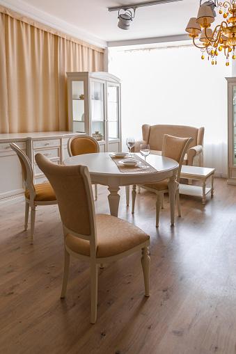 빛에 다 이닝 룸 테이블 및의 자 톤 0명에 대한 스톡 사진 및 기타 이미지