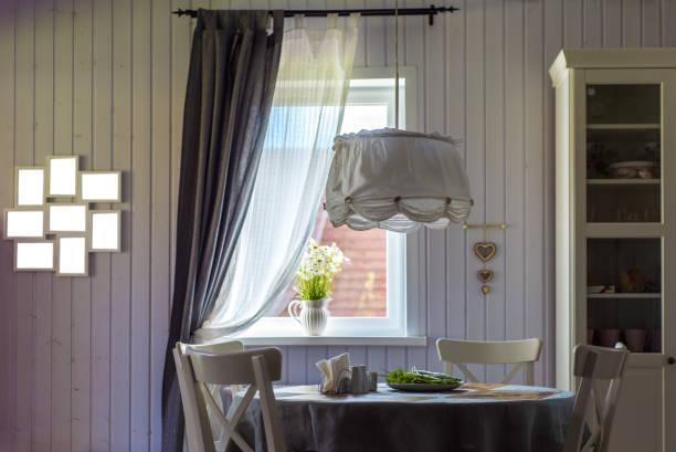 esszimmer im vorstadthaus mit holz tapete. - landhausstil küche stock-fotos und bilder
