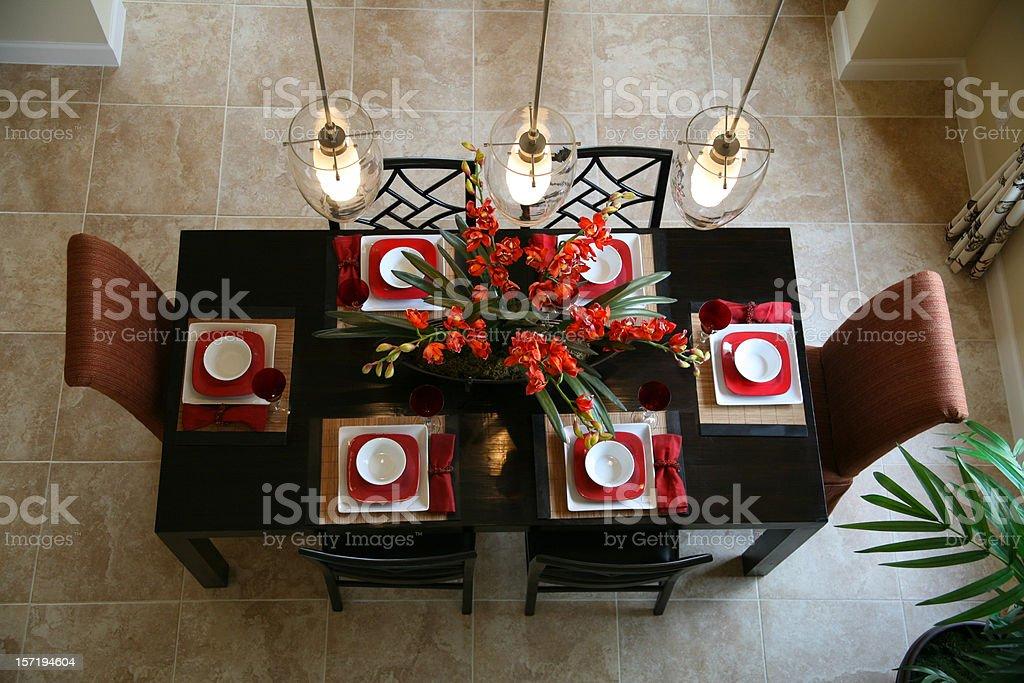 Une Table De Salle à Manger Et Des Chaises Avec Composition Florale Photo  Libre De Droits