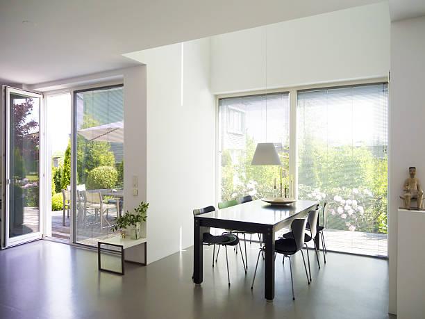 esszimmer mit blick auf den garten - betonboden wohnzimmer stock-fotos und bilder
