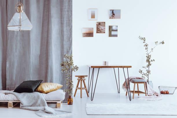 esszimmer mit grauen bett - hellrosa zimmer stock-fotos und bilder