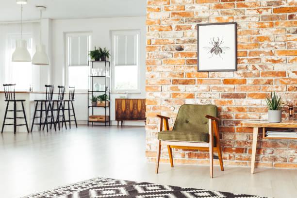 esszimmer mit rustikalen möbeln - küche rustikal gestalten stock-fotos und bilder