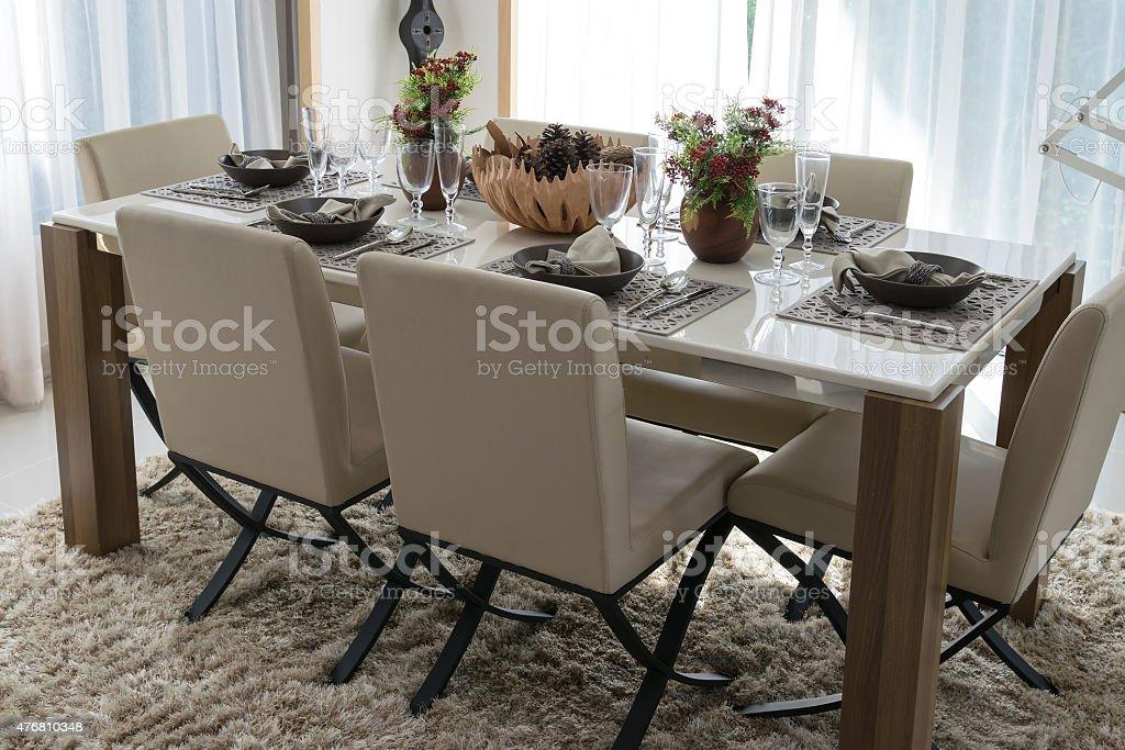 Tavolo Da Pranzo E Sedie Confortevoli In Casa Moderna Con Elegante Fotografie Stock E Altre Immagini Di 2015 Istock