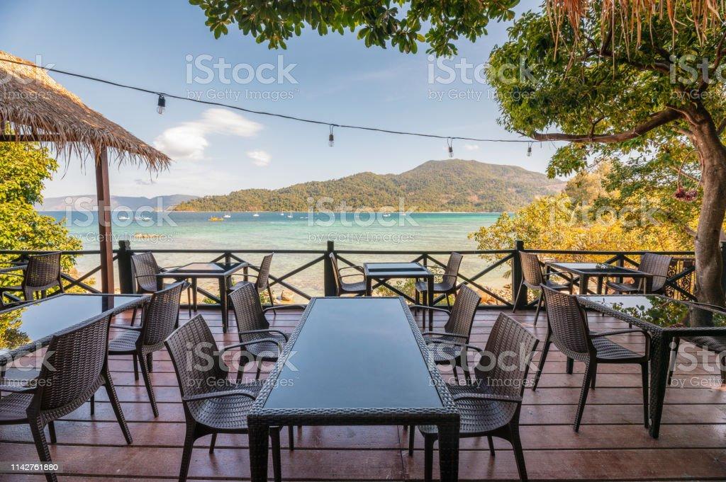 Mesa De Comedor En La Terraza Con Hermosa Vista Al Mar